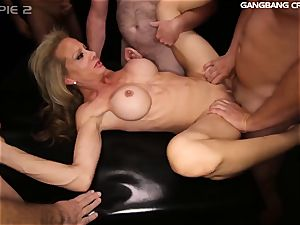 sport mummy knows how to plumb and deepthroat at the group sex