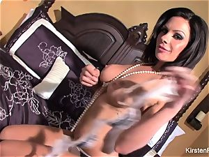 dark-haired sweetheart Kirsten Price thumbs her puss in couch