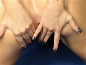 Jessa Rhodes peels off to fucktoy her raw poon