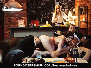 LOS CONSOLADORES - Cassie Fire sated in four way