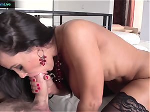 Lisa Ann has no problem getting her bunghole fucked
